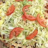 Texmexpizza, goed gekruid, heerlijk vlees en topping van verse sla en tomaat