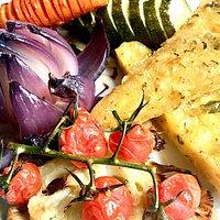 Polenta frita com assado de vegetais