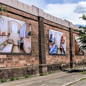 Fotoausstellung an dern Außenmauern der JVA