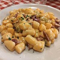 Gnocchetti di patate gialle e spinaci con panna e speck.