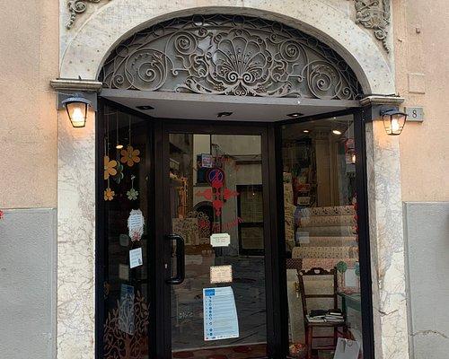 Portale marmoreo e vetrine