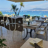 Terrasse du Restaurant Le Club avec accès direct à la plage de Porticcio