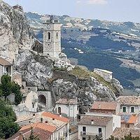 panoramica del borgo e la rupe