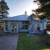 Located at Blowhole Point, Kiama Visitor Information Centre has recently had an exterior mural installed, depicting beautifully the local flora and fauna of the area.