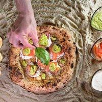 Base gratinata, stracciatella, salmone e crema di zucchine