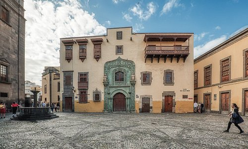 Fachada de la Casa de Colón de la Plaza del Pilar Nuevo (Vegueta). Es la más conocida del edificio, realizada a finales de la década de 1950.