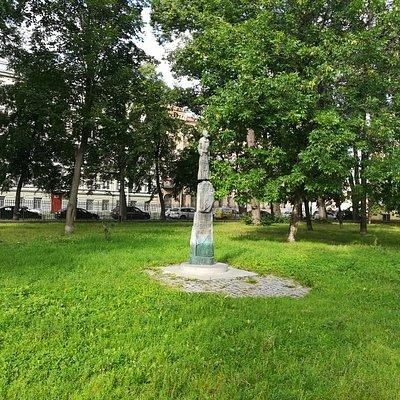 Памятник Коста Хетагурову в Академическом саде.