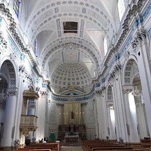 La navata centrale è molto semplice ma nel contempo essenziale nelle sue cromature e nelle sue composizioni e indubbiamente in Sicilia abbiamo di meglio però questa chiesa di San Giovanni battista è molto gradevole