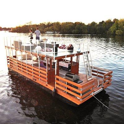 Unser Loungefloß Beluga verfügt über einen Grill, ein WC mit Handwaschbecken und ein riesiges Sonnendeck mit Loungemöbeln.   https://www.berlin-bootsverleih.com/mietboote/beluga