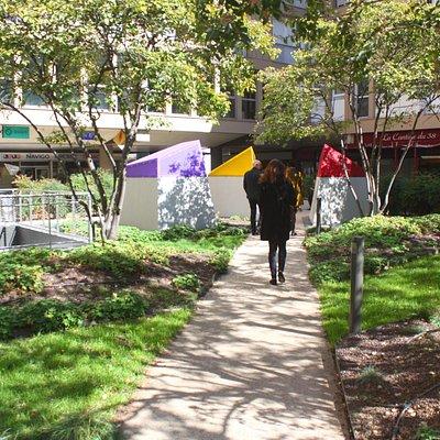 Le square des Corolles , vue de l'allée centrale /The Corolles square, view from the central alley