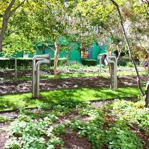 Le square des Corolles , vue du jardin et des cornets acoustiques /The Corolles square, view of the garden and the acoustic horns