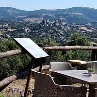 """In Sardegna, sicuramente uno dei borghi più affascinanti è Aggius. Percorrendo la strada che porta verso il mare troverete un punto di ristoro che si affaccia sulla """"Valle della Luna"""". Un paesaggio sublime! Se il paesaggio e la veduta danno tanto, posso garantire che Lunanoa va di pari passo con esso. Il punto forte di questo locale è la qualità dei prodotti offerti e il servizio. Segnalo positivamente le info culturali su Aggius e la Gallura date da uno dei titolari (Pietro se non sbaglio)."""