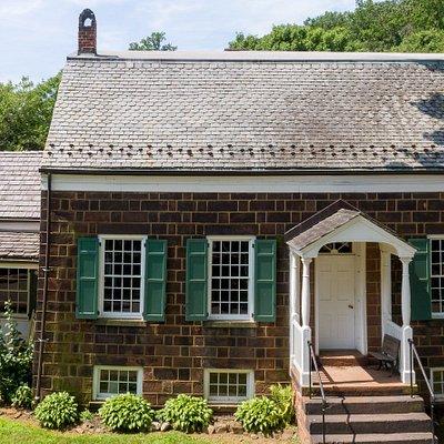 The Hamilton House Museum is a 19th-century Dutch house.