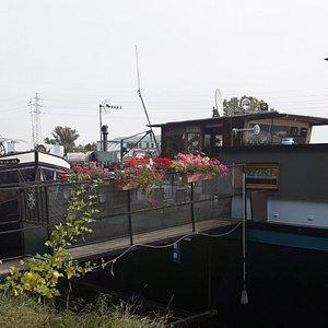 Decorados y puestos en todo sentido, Barcos casas en un canal de Strasbourg.