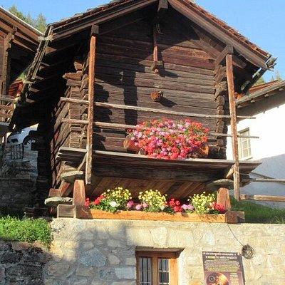 Les raccards dans tout le village de St-Luc (Val d'Anniviers)