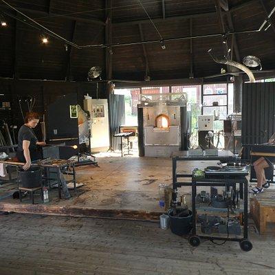 Inne i hyttan i Orranäs Glasbruk i Orrefors