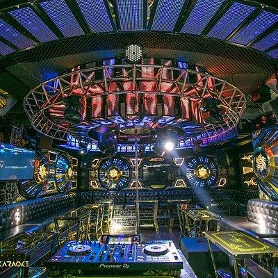 Hệ thống phòng Avatar được thiết kế với sang trọng, dàn âm thanh ánh sáng đẳng cấp xứng tầm.  Phòng tại Avatar đa dạng từ phỏng nhỏ đến phòng lớn với sức chứa lên đến 40 người. Nếu bạn muốn trải nghiệm 1 buổi Pool Bar trên cao thì Avatar là lựa chọn tuyệt vời. Hãy đến trải nghiệm tại số 224 đường 2/4 - TP.Nha Trang Hotline: +84 9610 23456