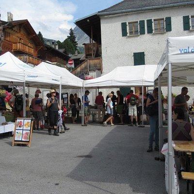 Place de la Marmotte à St-Luc permet d'accueillir le marché hebdomadaire lucquérand le mardi en fin d'après-midi.
