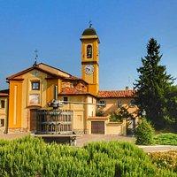 La bellissima Chiesa  di Montecalvo Versiggia  e il suo torchio  ,A fianco  della chiesa troviamo  anche il museo dedicato ai cavatappi aperto solo la domenica