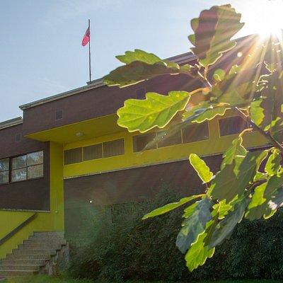 Das KKLB (Kunst und Kultur im Landessender Beromünster) ist eines der grössten und erfolgreichsten Kunst- und Kulturprojekte der Schweiz. Das Hauptinteresse des KKLB gilt der Vermittlung der künstlerischen Arbeiten, die hier ausgestellt sind. Zum unabdingbaren Bestandteil eines KKLB-Besuches gehört die Führung, die 90 Minuten dauert, aber auf Wunsch jederzeit mit Zugaben erweitert werden kann.