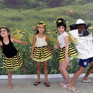 הילדים מתחפשים לדבורים ולדבוראי