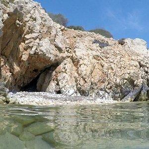 passeggiando nell'acqua (dalla spiaggia entrate in mare sul lato destro... si potranno osservare tante calette