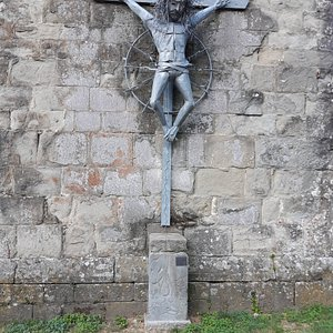 scultura in metallo del Cristo dei Pellegrini  a lato della Pieve,  opera di Amelio Bucciantini 1997