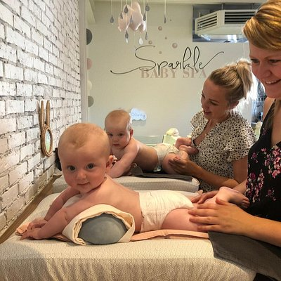 Aanrakingen zijn essentieel voor baby's. In de Baby Spa in Franeker leer je zelf hoe je je baby kunt masseren. We kiezen er bewust voor dat je de spa nooit deelt met 'vreemde' ouders, hierdoor blijft het aantal prikkels lager én kunnen we de massage nog beter afstemmen op jouw baby.