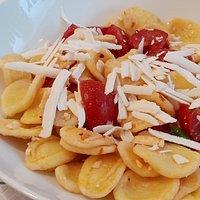 orecchiette fredde con peperoncino, pomodori, ricotta salata