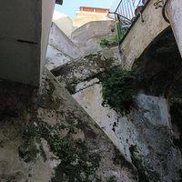 La scalinata a zig-zag della parte alta del vicolo, che conduce a via M.Salomone