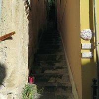 la parte bassa del vicolo, in corrispondenza di via San Francesco