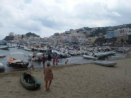 spiaggia libera vicina al Porto a Ponza