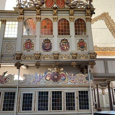 Over kongestolen krone med Frederik d.4 og Dronning Luises Symboler