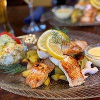 Die Fischplatte mit verschiedenen Fischsorten je nach Tagesangebot , gemischten Salat, hausgemachten Dips und als Beilage Kräuterkartoffeln.   1+ mit Sternchen👍🏼