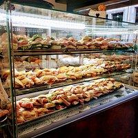 Un lato della nuova vetrina per dare ancora più spazio ai panini