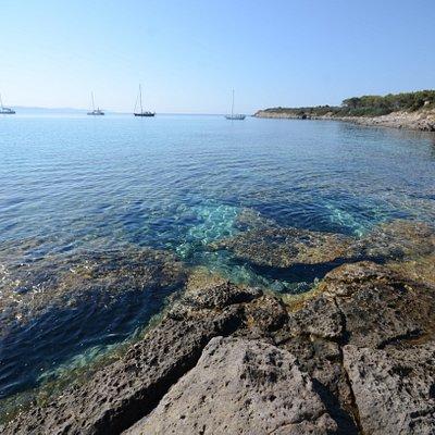 La parte rocciosa a destra della spiaggia