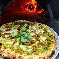 GENOVESE: Pesto de albahaca, mozzarella, tomate cherry y parmesano,