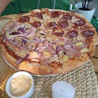 pizza w opcji pół na pół - hawajska z cebulką (??) i salami.