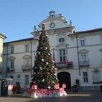 la piazza ed il palazzo del comune
