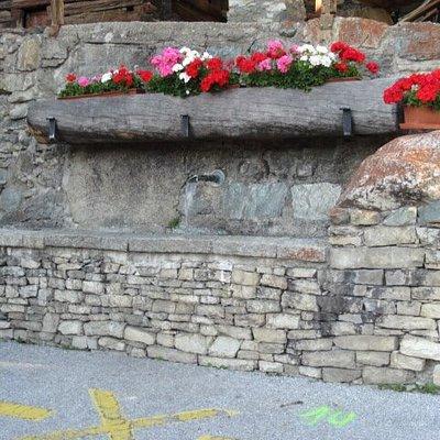 Nombreuses fontaines (bassin - abreuvoir) dans le village de St-Luc (Val d'Anniviers)