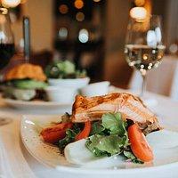 Restaurant im Hofgut - Herzlichkeit, Kompetenz und Aufmerksamkeit sowie das Versprechen unserer Köche, ausschließlich beste Produkte mit der größten Sorgfalt zu verarbeiten, werden Sie begeistern.
