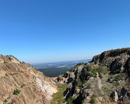 Piękne miejsce po byłej kopalni kwarcu. Był to najwyżej położony zakład wydobywczy w środkowej Europie (od 1050 do 1080 m n.p.m. Okolica kopalni jest niezwykła, a człowiek miał na nią ogromny wpływ. Warto zapoznać się z długą historią tego miejsca, odwiedzić je pieszo lub rowerem i pobyć blisko natury, zobaczyć jak człowiek jest na nią w stanie wpływać.  Po samej kopalni pozostały jedynie zdewastowane budynki. Jednak ten kontrast ma swój charakter i urok. Na pamiątkę zabierzcie kawałek kwarcu.