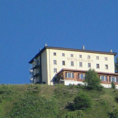 Vue de l'hôtel du Weisshorn depuis le village de St-Luc (prise de photo au téléobjectif)