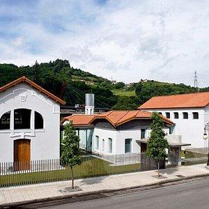 Vista del antiguo matadero de La Felguera, hoy Pinacoteca Eduardo Úrculo