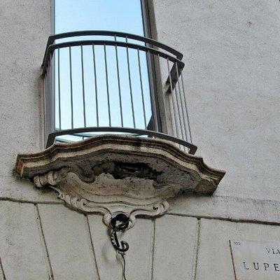 Finestra con balconcino