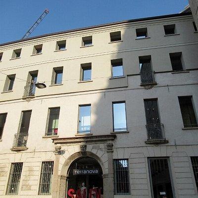 La facciata con l'antico portale