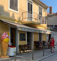 the egg-free gelato shop on the waterfront in Fazana