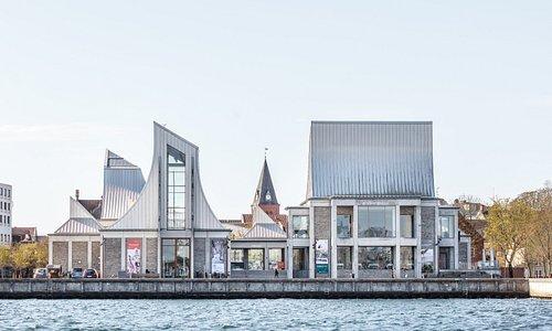 Utzon Center ligger ved havnen i Aalborg. Og med udsigt til vandet og Limfjorden. Lige der, hvor Jørn Utzon selv gik ture som dreng, når han skulle besøge sin far, der arbejdede på skibsværftet.   Foto: Rasmus Hjortshøj