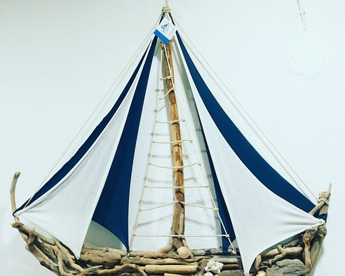 Καράβι από ξύλα της θάλασσας κ με πολύ καλλιτεχνηκη διάθεση για να ταξιδεύει όπου πάει το μυαλό σου...