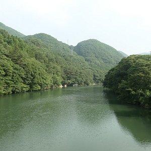 ダム湖の鬼怒川の様子